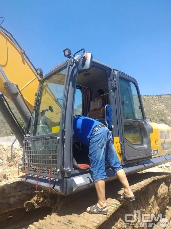 徐工挖机服务工程师正在对李勇祥的设备进行检查