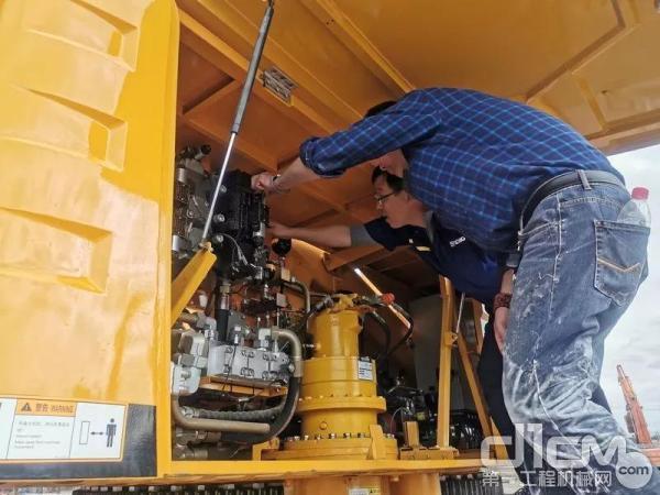 徐工起重机工程师维修客户设备