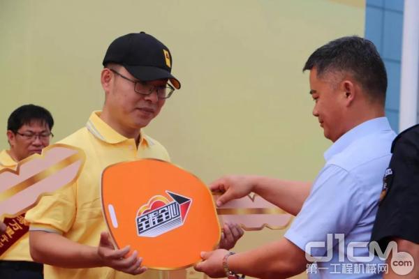 山东临工副总经理马兴庆颁发服务车钥匙
