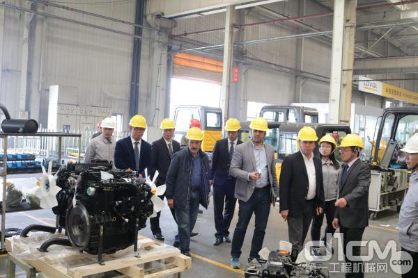 中东国家经销商到雷沃工程机械厂区参观
