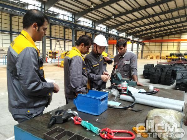 雷沃服务工程师培训当地员工装配要领