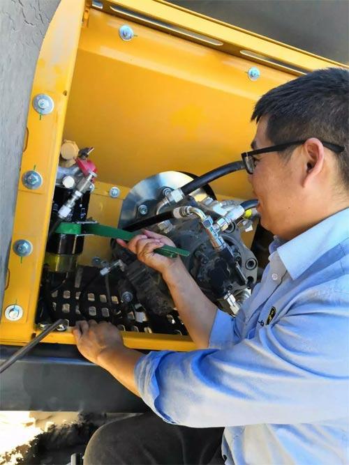 约翰迪尔服务工程师在检修设备