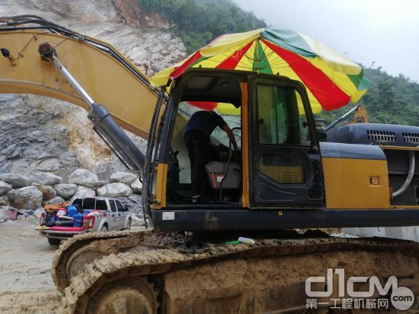 徐工挖机服务工程师温林艺进行挖掘机驾驶室清洁