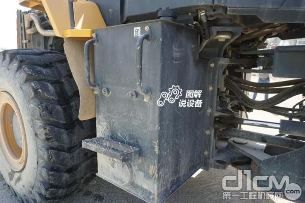 柴油箱设置在整机右侧