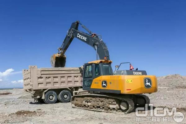 施工中的约翰迪尔E240挖掘机