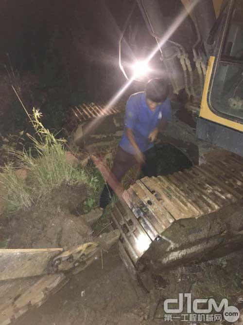 徐工挖机服务人员冒雨为客户抢修设备