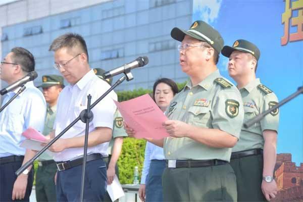 ▲长沙市委常委、警备区政委曹友华致辞