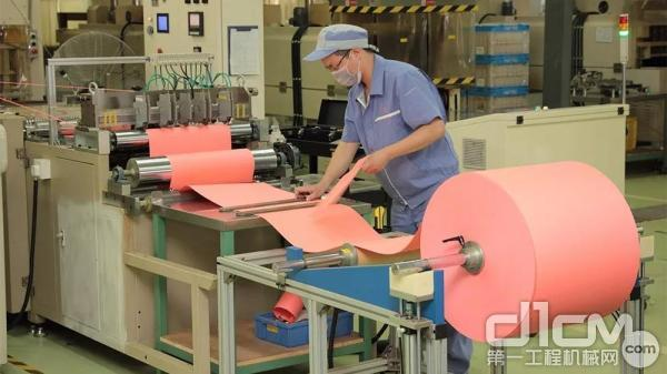 工人使用滤纸折叠加工机器加工滤纸