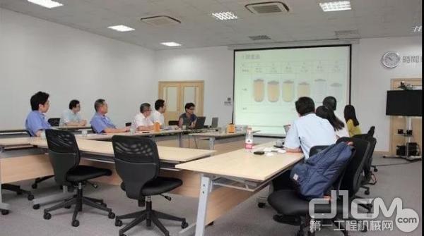 神钢成员一同参加品质提高的分析会议