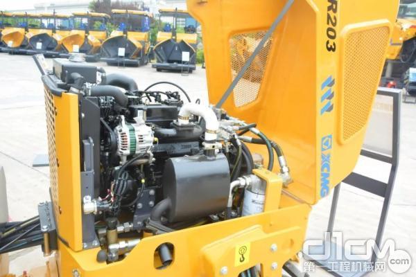 徐工XMR203轻型压路机采用三缸水冷发动机