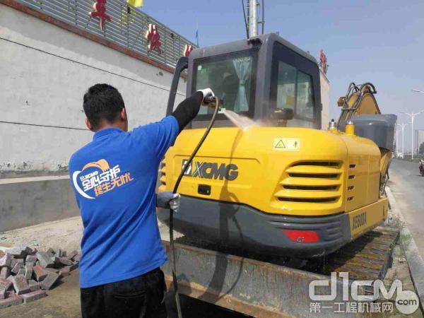 徐工挖机内蒙古联众服务工程师清洗挖机机身