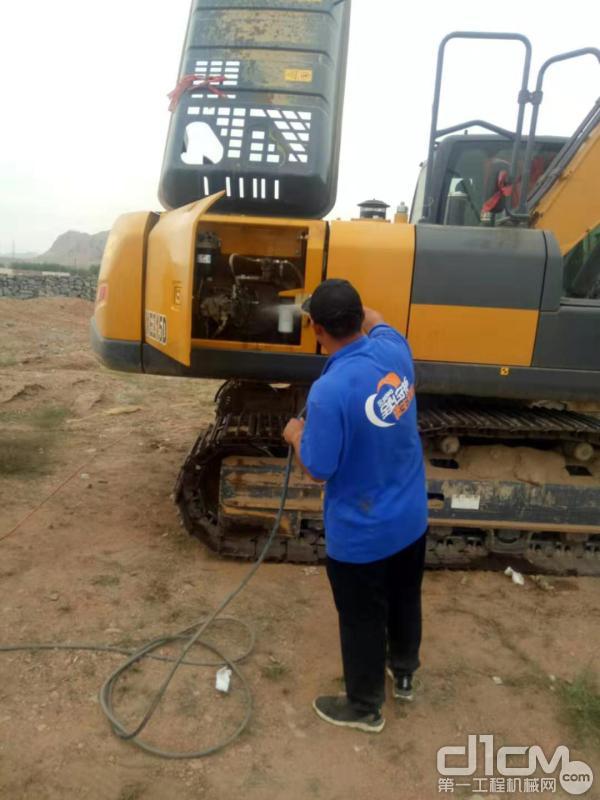 徐工挖机内蒙古联众服务工程师清洗挖机设备