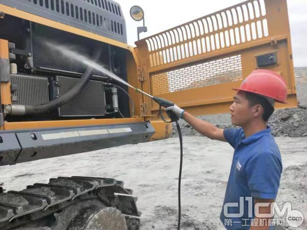 徐工挖机内蒙古联众服务工程师清洗挖机散热器