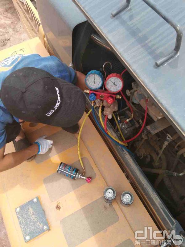 徐工挖机内蒙古联众服务工程师检查挖机设备运转情况