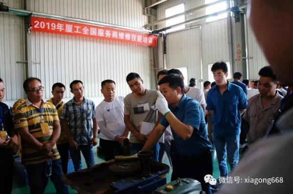技术专家黄如鸿现场向学员讲授桥箱维修要领