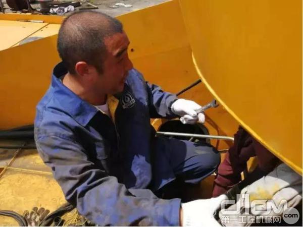 徐工售后服务工程师检修起重机