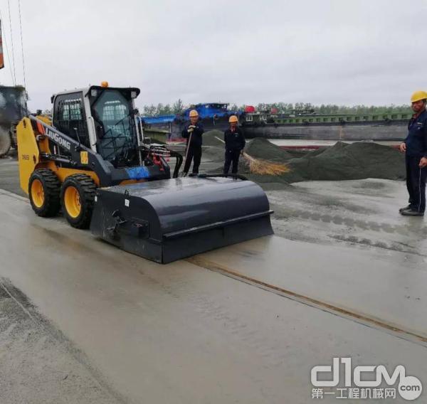 柳工CLG365B滑移装载机清扫作业