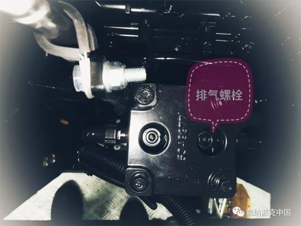 松开如图中所示的右侧排气螺栓,反复按压手动泵