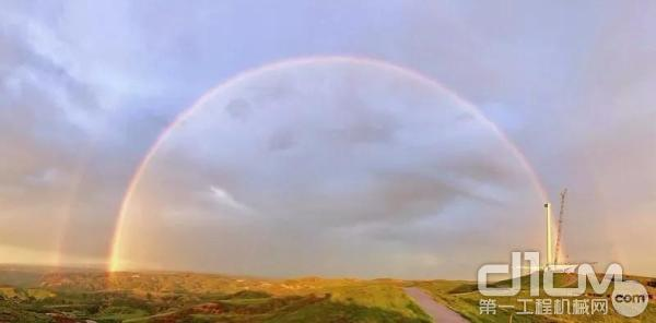 天边惊现的绚丽彩虹