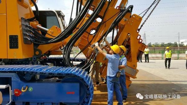 宝峨BG 26钻机的动力头具有独特的安装方式
