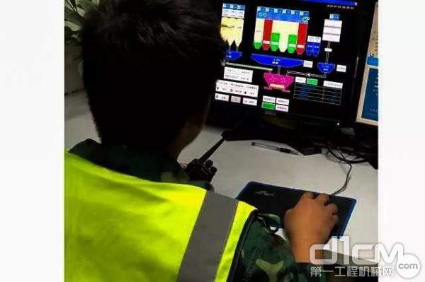服务人员检查电脑显示器上生产料量