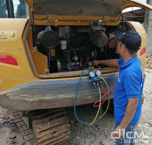 服务工程师在做机器维护