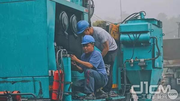 山河智能服务团队工程师检修客户设备