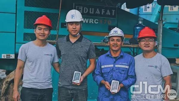 山河智能服务团队工程师与客户合影