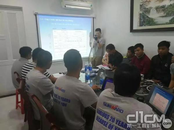 山河智能服务团队工程师为客户进行培训