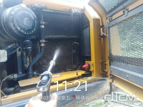 徐工挖机服务工程师为客户清洗散热器