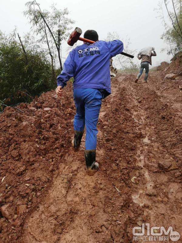 徐工挖机服务人员前往施工现场