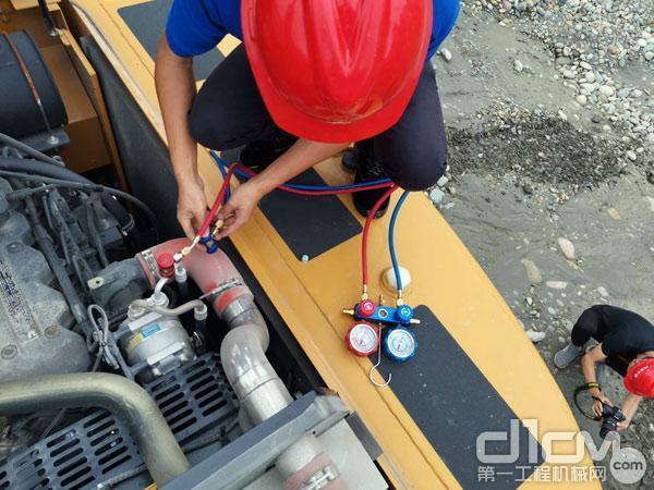 服务人员在检修设备
