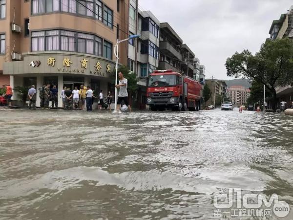舟山市六横岛大街积水路面