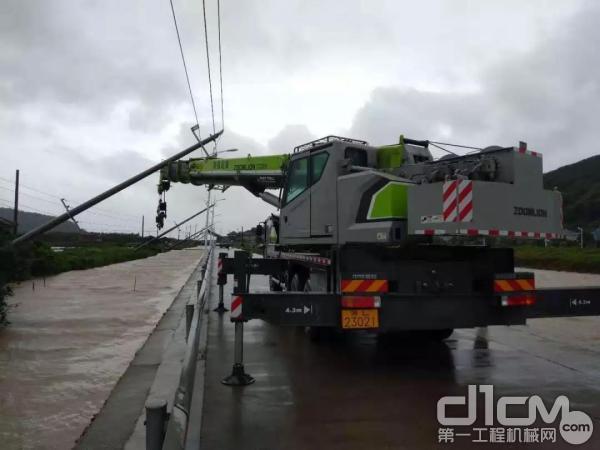 中联重科起重机抵御被台风刮倒的电线杆