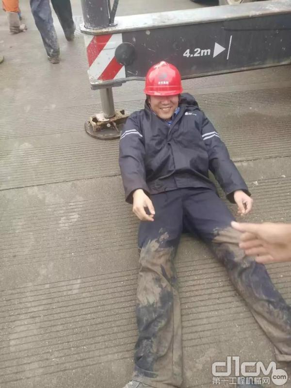 供电所师傅体力透支倒在地上