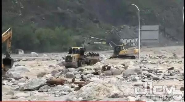 约翰迪尔挖掘机灾区施工