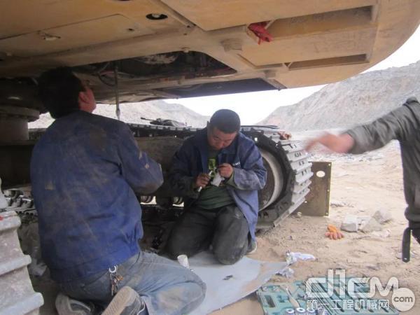 柳工服务人员维护挖机