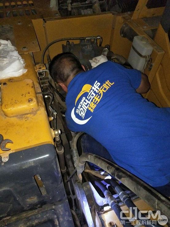 徐工挖机长沙宏银机械服务工程师帮助客户检修设备