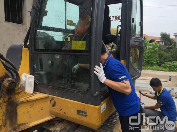 徐工挖机湖北力驰工程机械黄石、黄冈分公司服务工程师清洗挖机设备