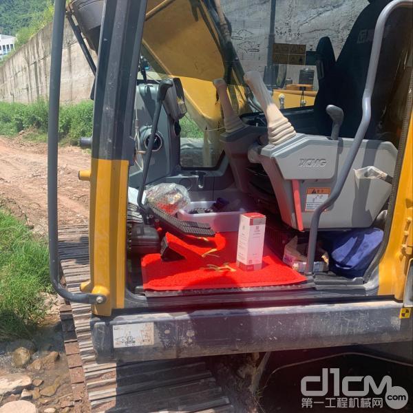 经过徐工服务工程师清洗后的挖掘机驾驶室
