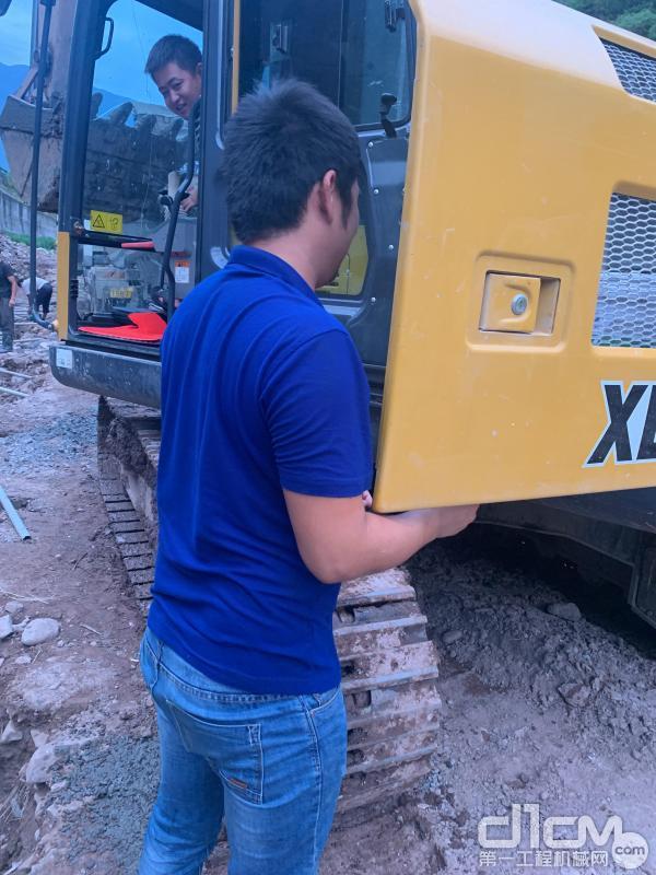 徐工挖机服务工程师对挖机设备进行全方位检查