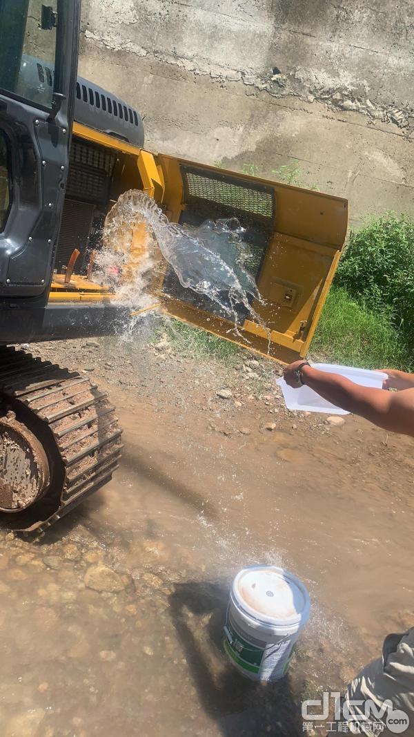 徐工挖机服务工程师药水清洗挖机设备