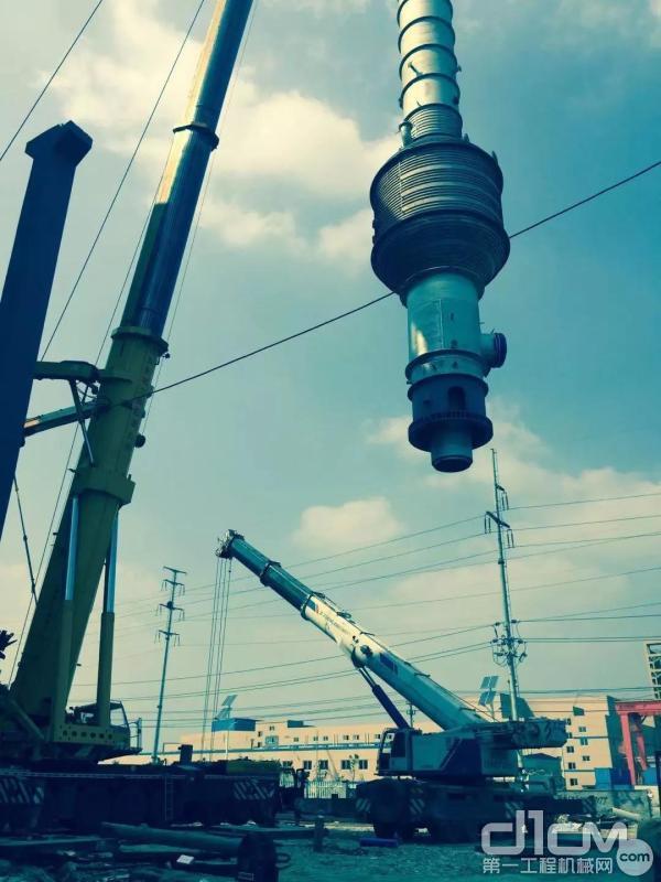 中联重科汽车起重机进行吊装作业