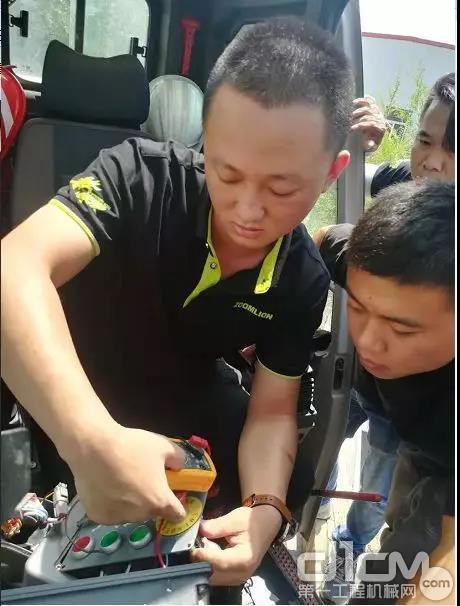 中联重科服务工程师帮助客户检修设备