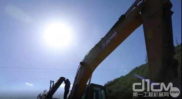 徐工挖机服务工程师检修客户设备
