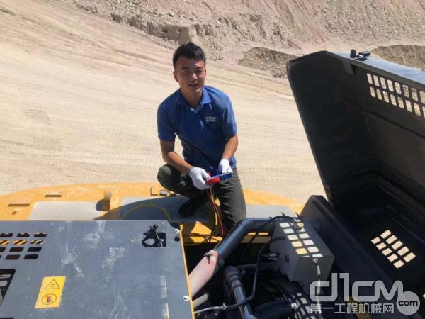 服务工程师王甲钦(97年出生)正在给挖机充氟、测压