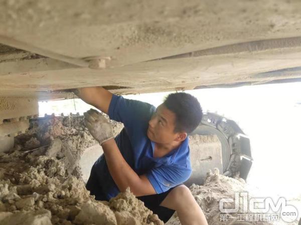 服务工程师付轩武(95年出生)正在进行主阀维修