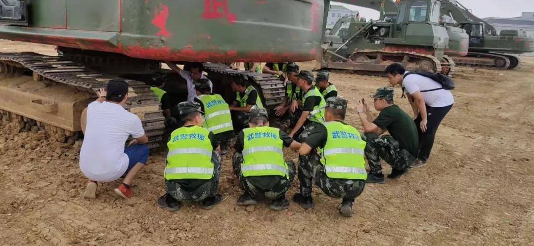 厦工同心圆湘鄂皖小分队与武警某部交通一支队进行交流