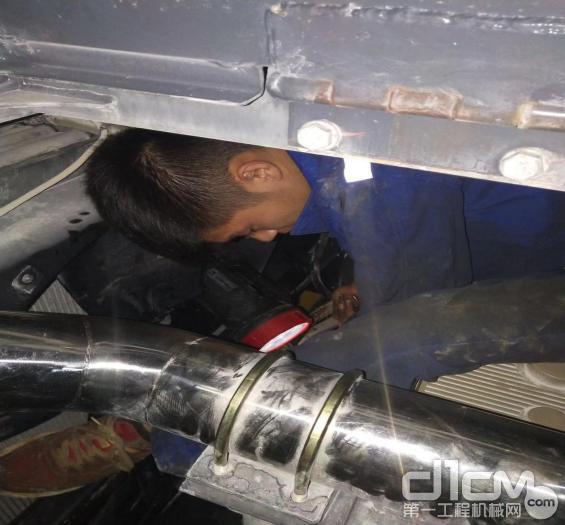 徐工挖机广西世恒服务工程师为客户检修挖机