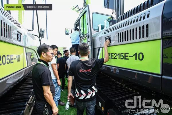 广大客户观摩中联重科E-10系列新品